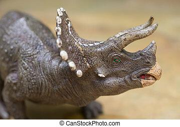 gris, Triceratops, juguete, posición, en, roca, cierre,...