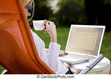 kaffe, kvinna, arbete, ung, utanför, dator, drickande
