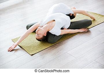 estudio, Practicar,  yoga, dos, mujeres
