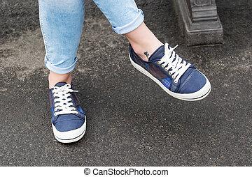 zapatillas, en, hembra, piernas,