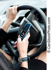 close-up, executiva, Enviando, texto, enquanto, dirigindo