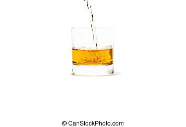 Ein Glas Whiskey mit Splash, isoliert auf weiem Hintergrund