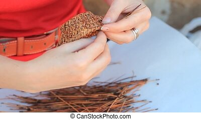 Weaving a vase of pine needles handmade