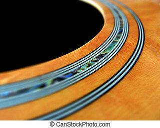 Gitarre - Nahaufnahme des Schalllochs einer Westerngitarre