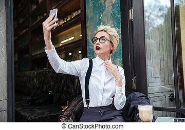 elegante, joven, mujer, toma, selfie, en, café