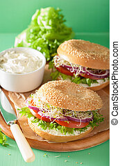 tomate, emparedado, en, bagel, con, crema, queso, cebolla,...