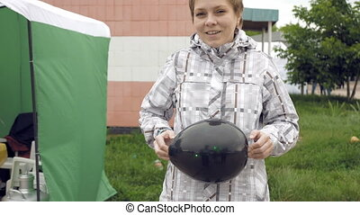 A green laser cause the black balloon to burst - A woman...