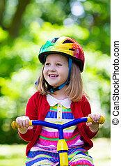 pequeno, menina, Montando, Um, triciclo,