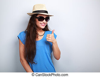 dentudo, sonriente, joven, mujer, en, verano, sombrero, y,...