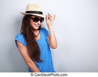 sonriente, hermoso, joven, mujer, con, paja, sombrero, y,...