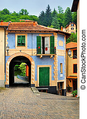 Fabulous house with an arch in the Italian court yard