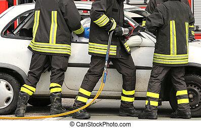 傷つけられる, 勇士, 消防士, 和らげなさい, 事故, 道, 後で