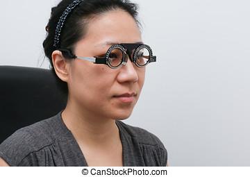 asiático, mujer, hacer, ojos, examen,