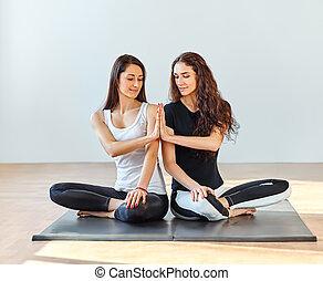 dos, joven, mujeres, hacer, Namaste, en, loto, postura, en,...