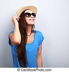 hermoso, joven, mujer, en, paja, sombrero, y, Moda, sol,...