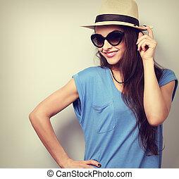 bonito, jovem, mulher, posar, em, Palha, chapéu, e,...