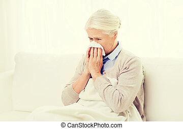 doente, Sênior, mulher, soprando, nariz, Para, papel,...