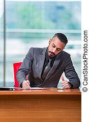 este, homem negócios, homem, trabalhando, escrivaninha
