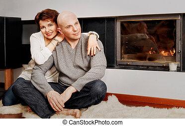 hermoso, pareja, Sentado, en, piel, alfombra, cerca, el,...