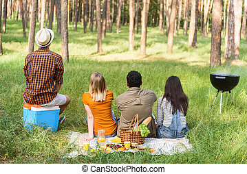 Cute men and women resting outdoors - Cheerful young friends...