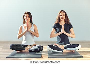 dos, joven, mujeres, meditar, en, loto, postura, con, Manos,...