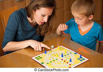 joven, niño, juegos, ludo, juego, con, el suyo,...