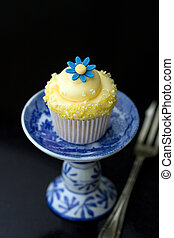 Cupcake - Mini yellow cupcake decorated with a sugar daisy