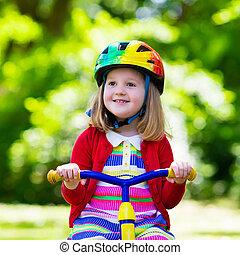 pequeno, menina, Montando, Um, triciclo