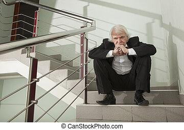 à, uomo, in, à, smoking, su, à, metallo, scala