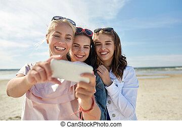 grupo, de, sonriente, mujeres, toma, selfie, en, playa