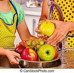 mulher, lavando, cozinha, fruta