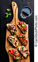 Conjunto, tomates, de madera,  balsamic,  brushetta,  prosciutto, rústico, vidrio, queso, nata,  sándwiches, parmesano, pequeño, fresco, vino, albahaca, rojo, tabla