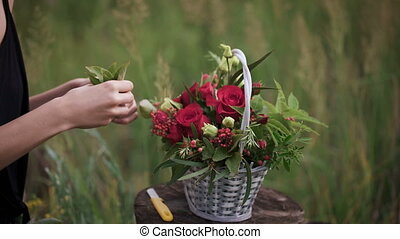 Creation of a flower arrangement of roses.