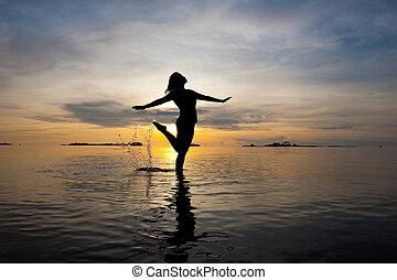 bonito, silueta, mulher, Raso, água, durante,...