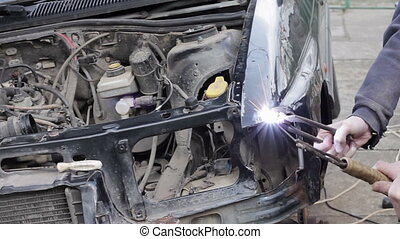 Service worker repair car after crash - Repair service...