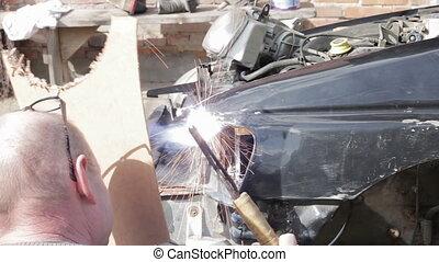 Service worker repair car after crash - Repair service...
