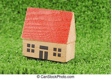 Miniatura, casa, en, verde, pasto o césped