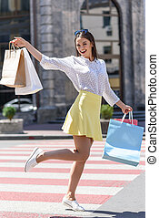 alegre, menina, desfrutando, shopping, em, cidade