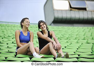 grupo, atletismo, niñas, relajar, futbol, estadio