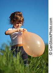 poco, niña, globo, pasto o césped