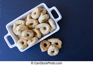 pizarra, Rosquillas de pan, cerámico, sobre, pequeño, vistos, bandeja, cima