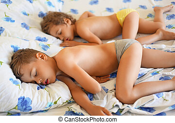 Menino, bonito, pequeno, menina, dormir, cama, cosy, sala