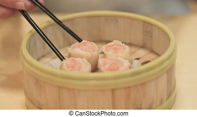 xiaolongbao,steamed dumpling with soy sauce
