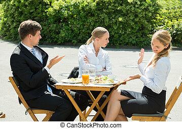 groupe, de, Trois, businesspeople, avoir, argument