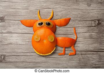 divertido, hecho, de madera, tabla, toro, naranja