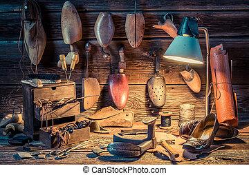 Zapatero, taller, con, herramientas, zapatos, y, Cordones