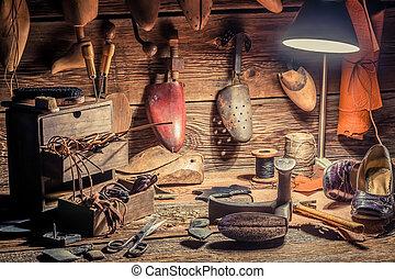 Zapatero, taller, con, cepillo, y, zapatos