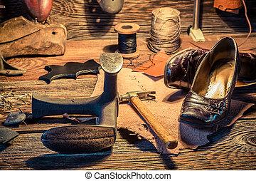 Zapatero, Lugar de trabajo, con, cepillo, y, zapatos