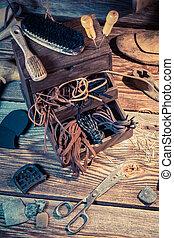 Zapatero, Lugar de trabajo, con, herramientas, cuero, y,...