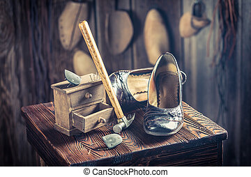 viejo, Zapatero, Lugar de trabajo, con, herramientas, cuero,...